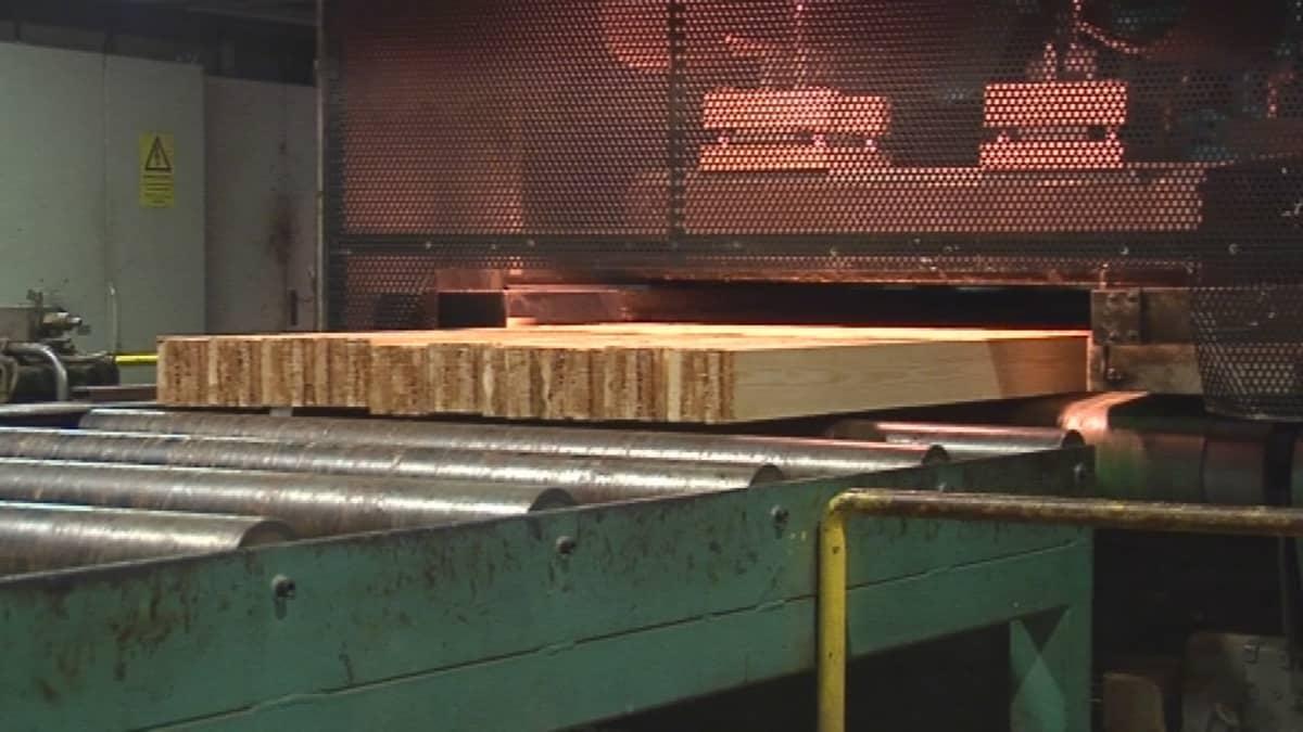 Liimapuupalkkeja Finland Laminated Timberin tehtaassa Suonenjoella.