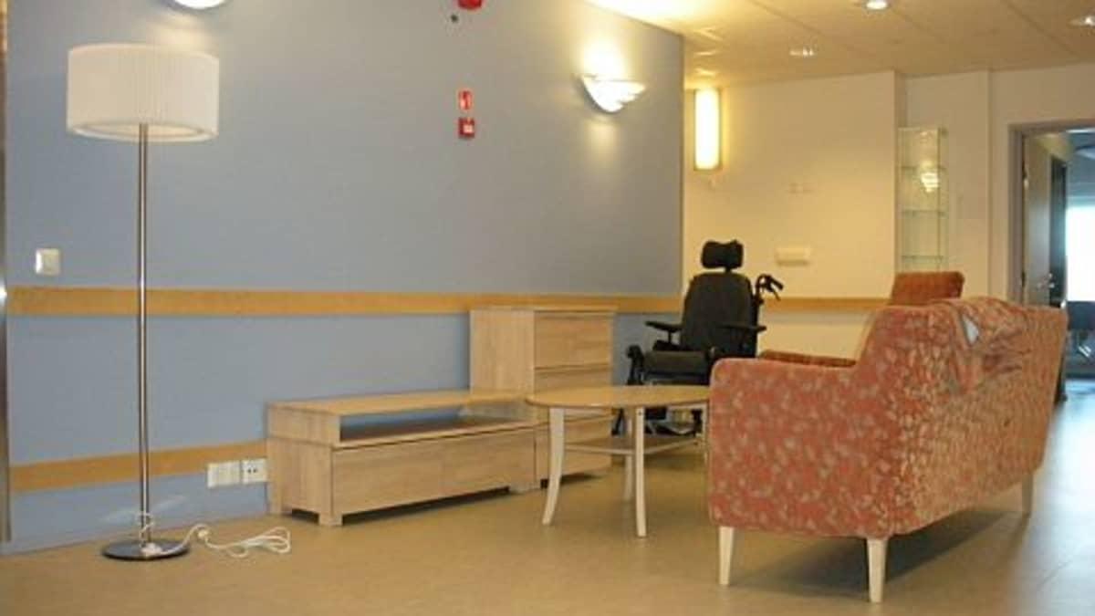Huonekalut on saatu jo suurimmaksi osaksi paikoilleen. Tällaisia yhteisiä oleskelutiloja löytyy hoivakodista useita.