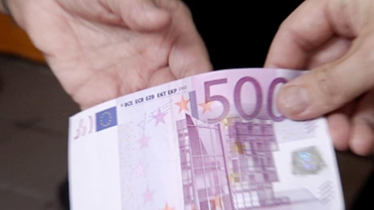 Viidensadan euron seteli siirtyy kädestä toiseen