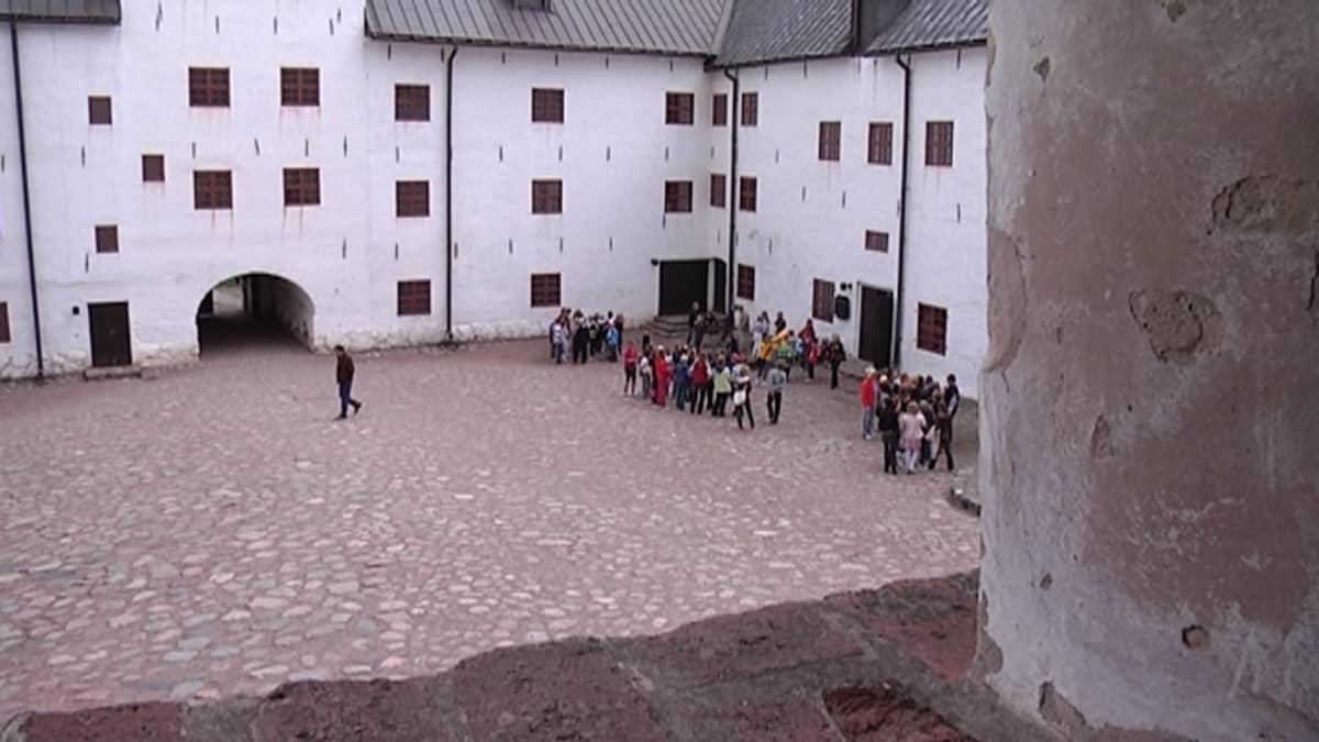 Koululaisia Turun linnan sisäpihalla.