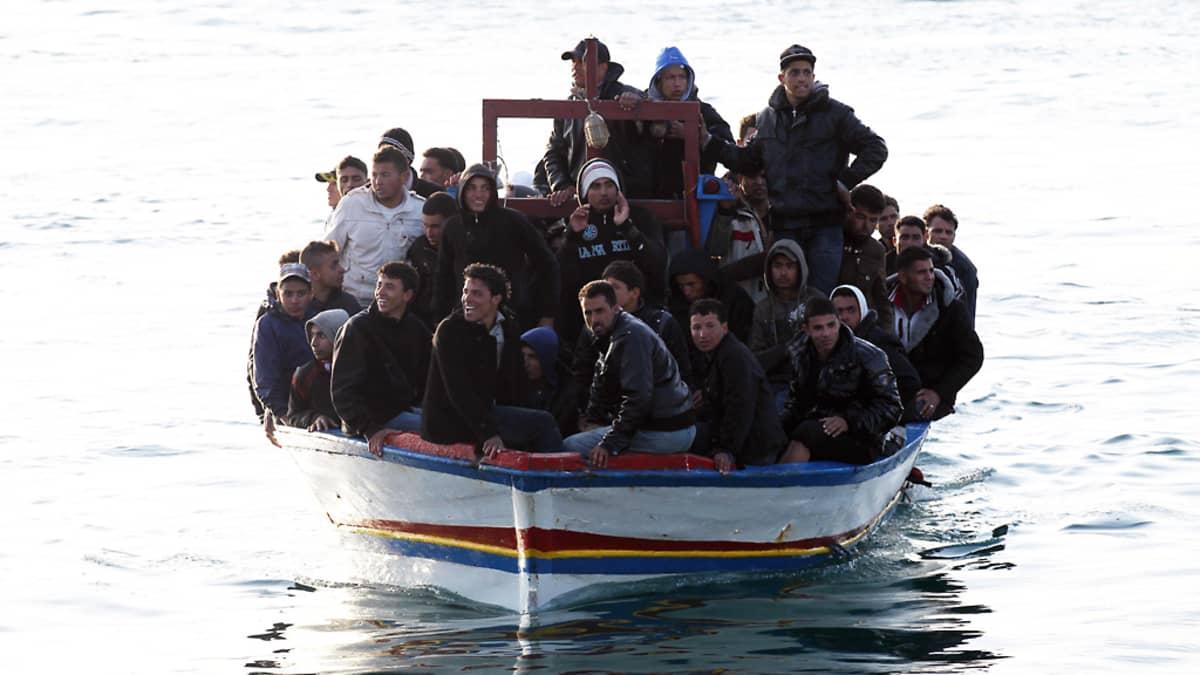 Siirtolaisia saapui vielä Lampedusan satamaan 27. maaliskuuta.