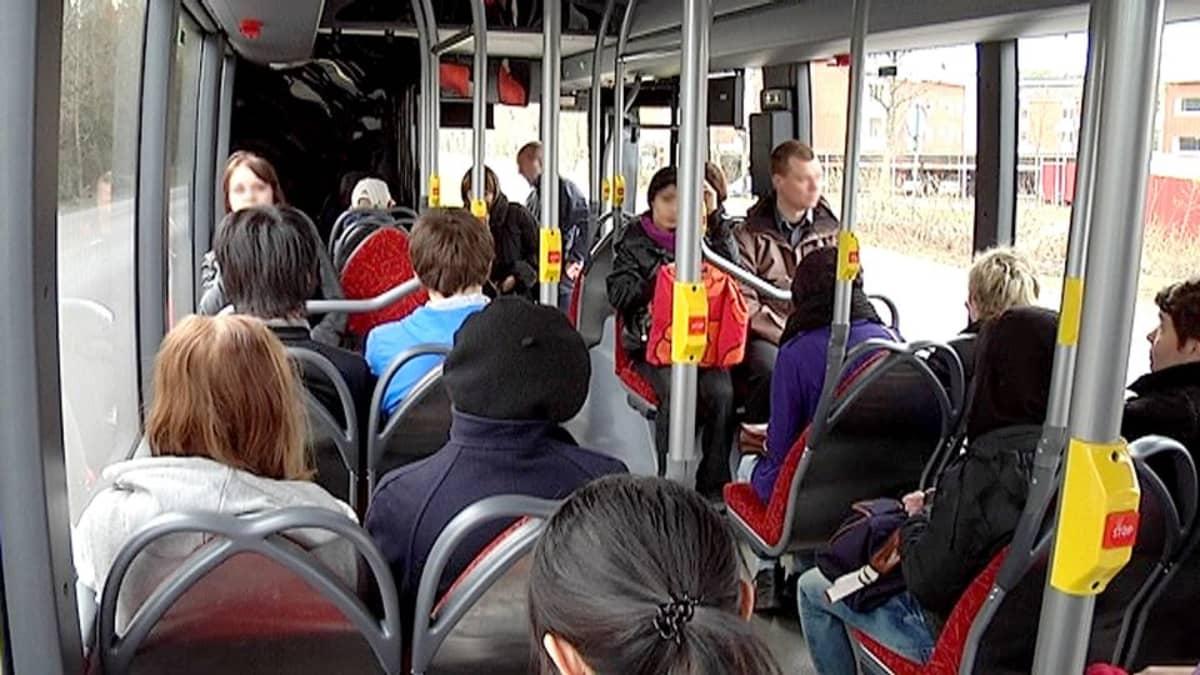 Ihmisiä matkalla töihin ja kouluun