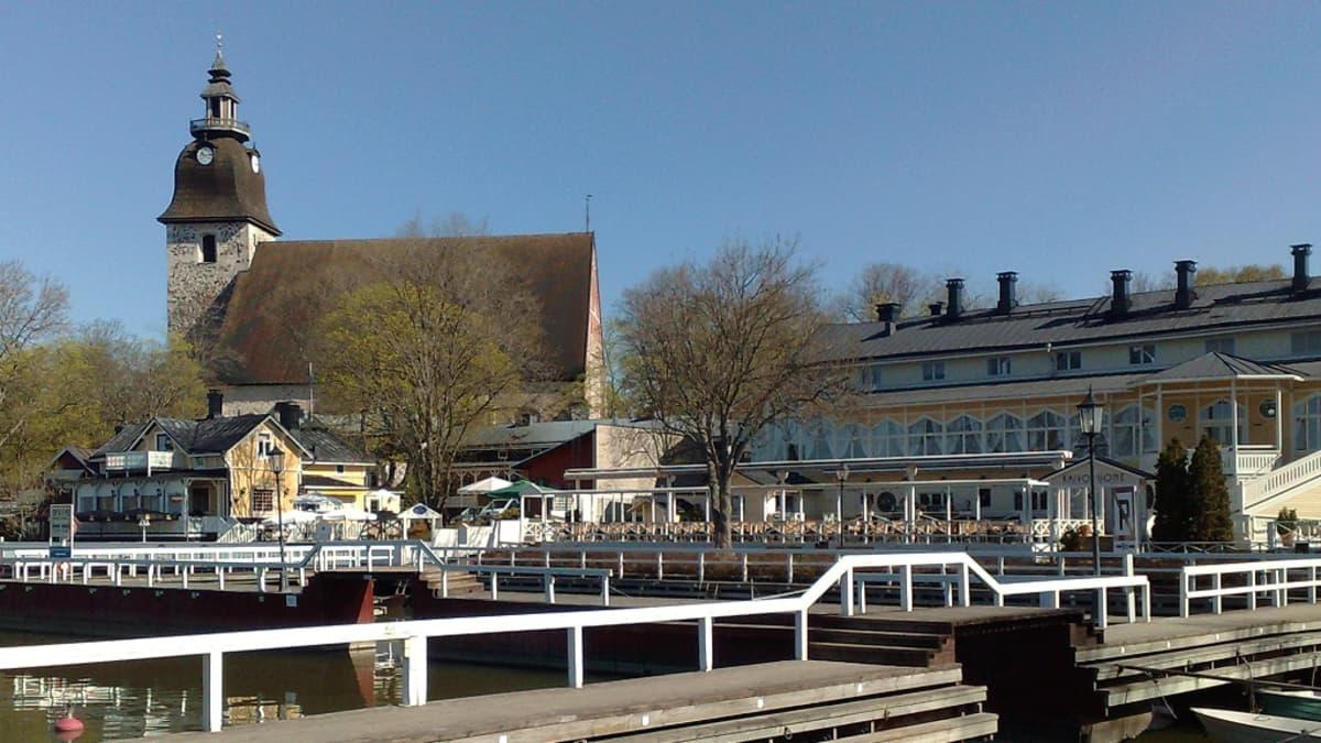 Naantalin kirkko, Kaivohuone ja venesatama.
