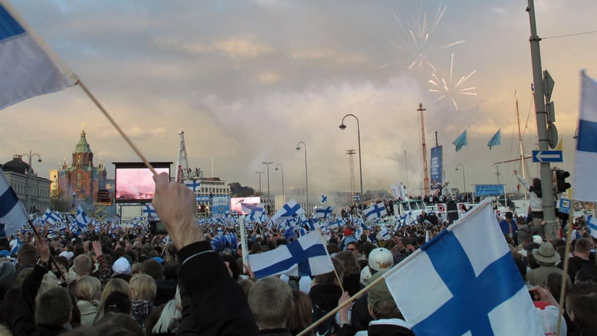Jääkiekon maailmanmestaruutta juhlitaan Helsingin Kauppatorilla.