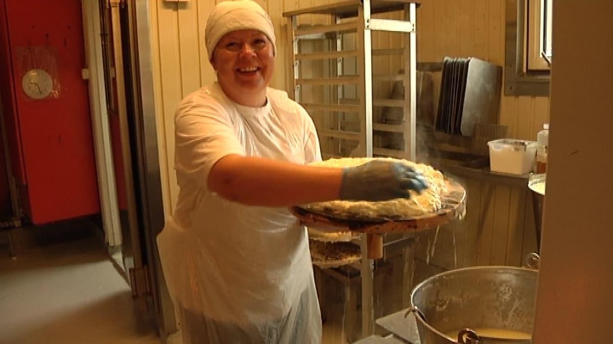 Oili Kavakka pyöräyttää päivässä noin 50 kiloa juustoa.