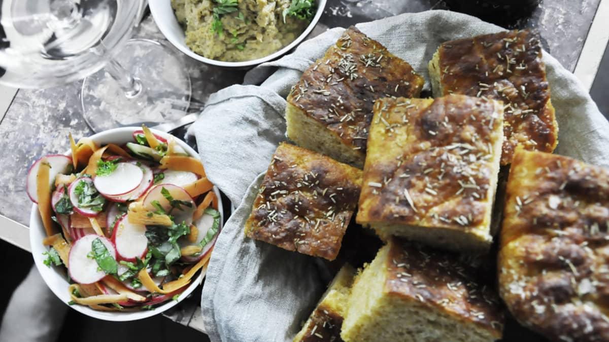 gTIE:n ruokalistalla on muun muassa bataattileipää, chipotle-hummusta sekä retiisisalaattia.