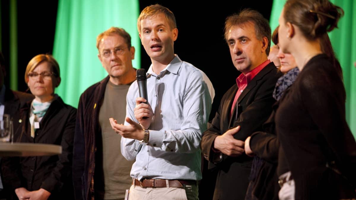 Gustav Fridolin puhuu Ruotsin ympäristöpuolueen vuosikokouksessa.