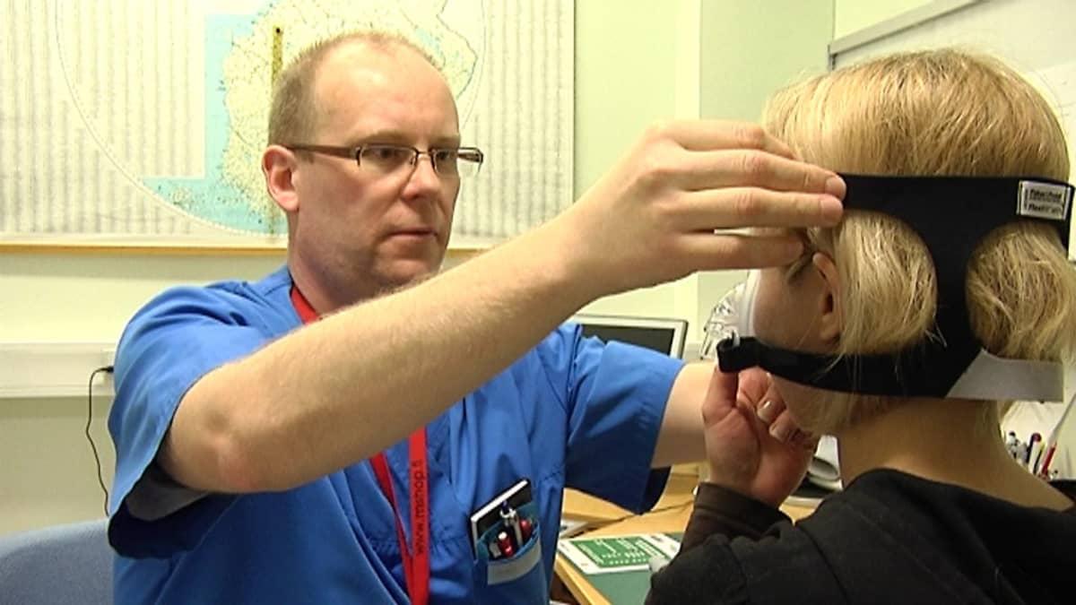 Vuoden Unihoitaja Markku Keski-Rahkonen sovittaa potilaalle ylipainemaskia.