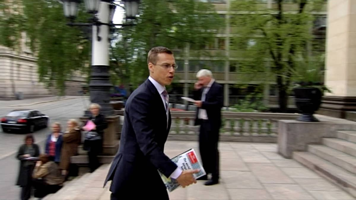 Alexander Stubb kävelee nopeasti toimittajien ohi Säätytalon portailla.