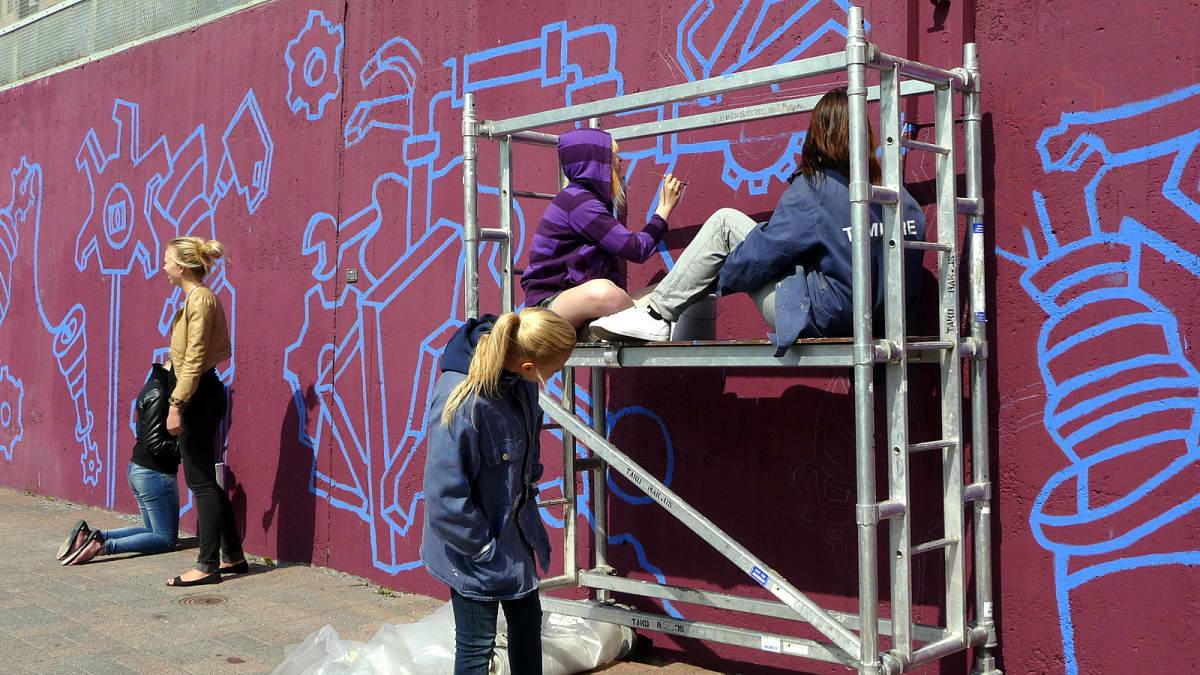Tammerkosken kuvataidepainotteisen yläkoulun nuoret maalaamassa