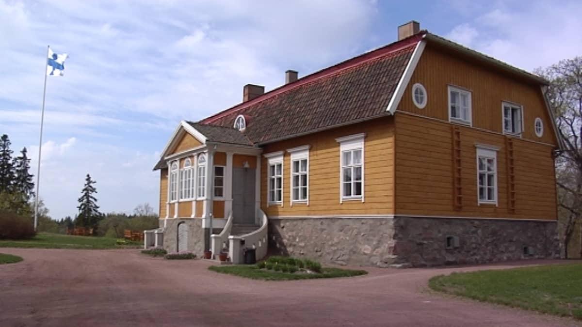 Saaren kartanon päärakennus.