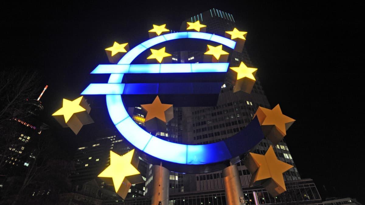 Valaistu euro-tunnus Euroopan keskuspankin pihalla Frankfurtissa.