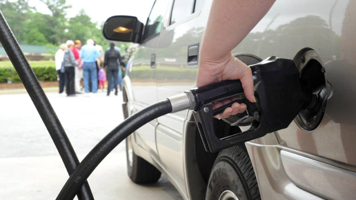 Autoilija tankkaa bensaa autoon bensa-asemalla Yhdysvalloissa.