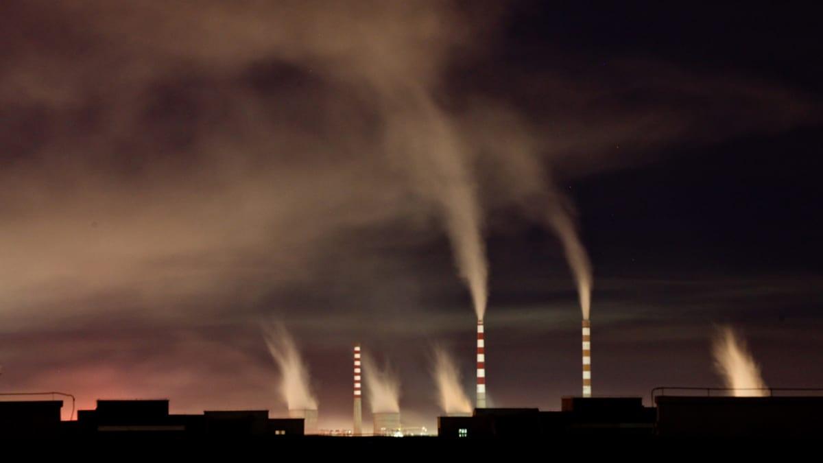 Hiilivoimalan piiput puskemassa savua ilmaan Jilin maakunnassa Kiinassa.