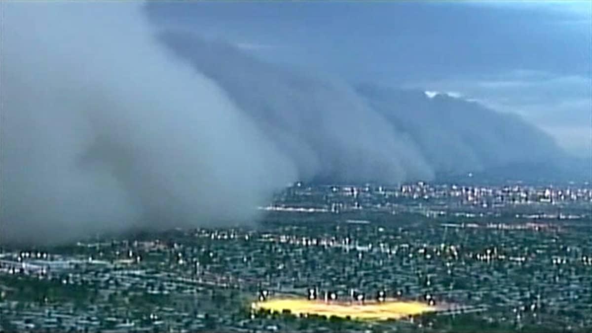 Massiiviset hiekkapilvet vyörymässä Phoenixin ylle.