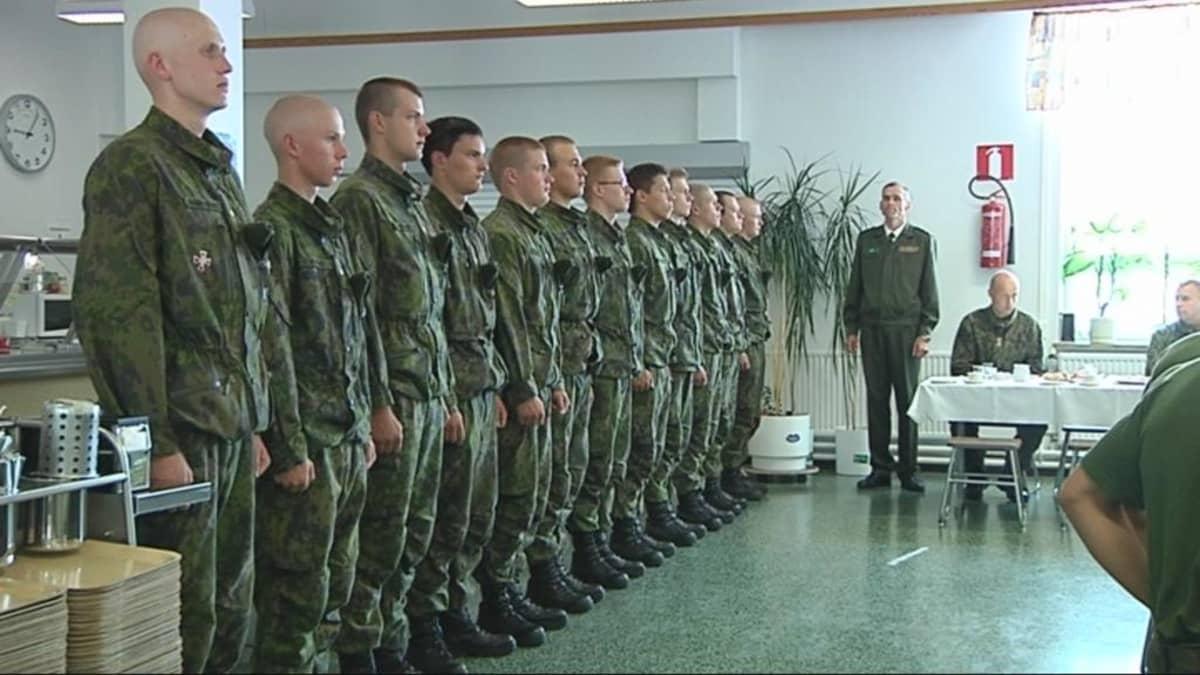Rajajääkärikomppanian varusmiehiä kotiutusjuhlassa Onttolassa.