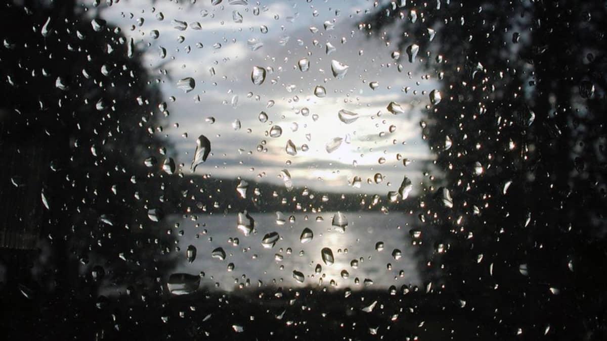 Vesipisaroita ikkunassa.