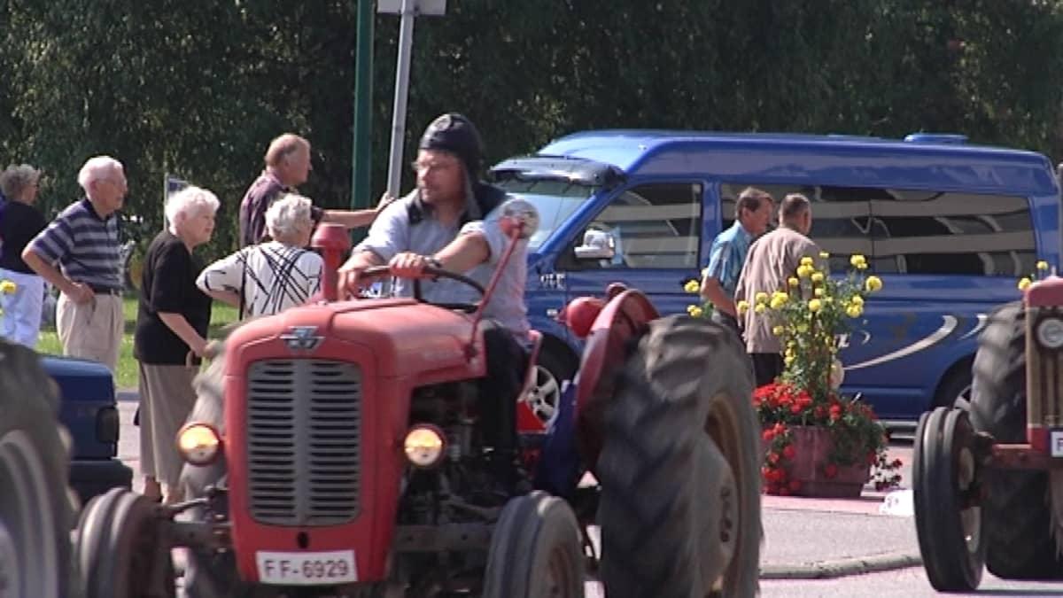 Traktorinajajan tyylinäyte Loimaan torilla.