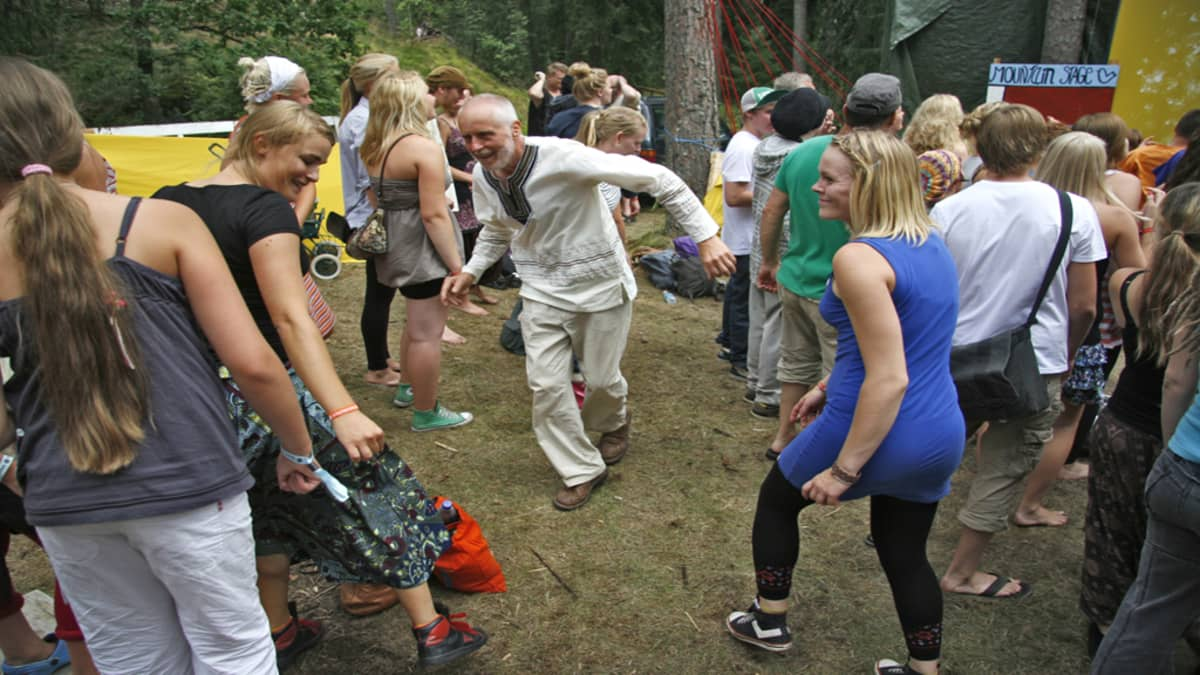 Ihmisiä tanssii villisti Facesissa.