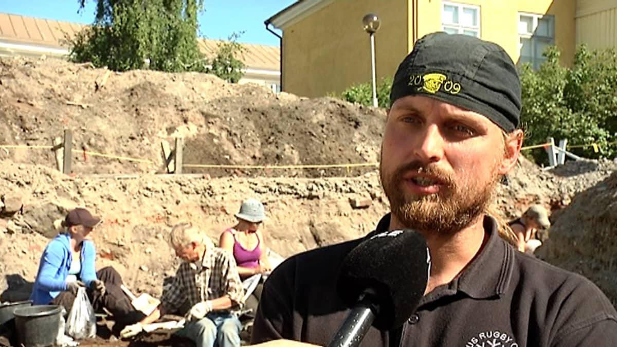 Kuvassa kaivauksia johtanut Risto Nurmi.