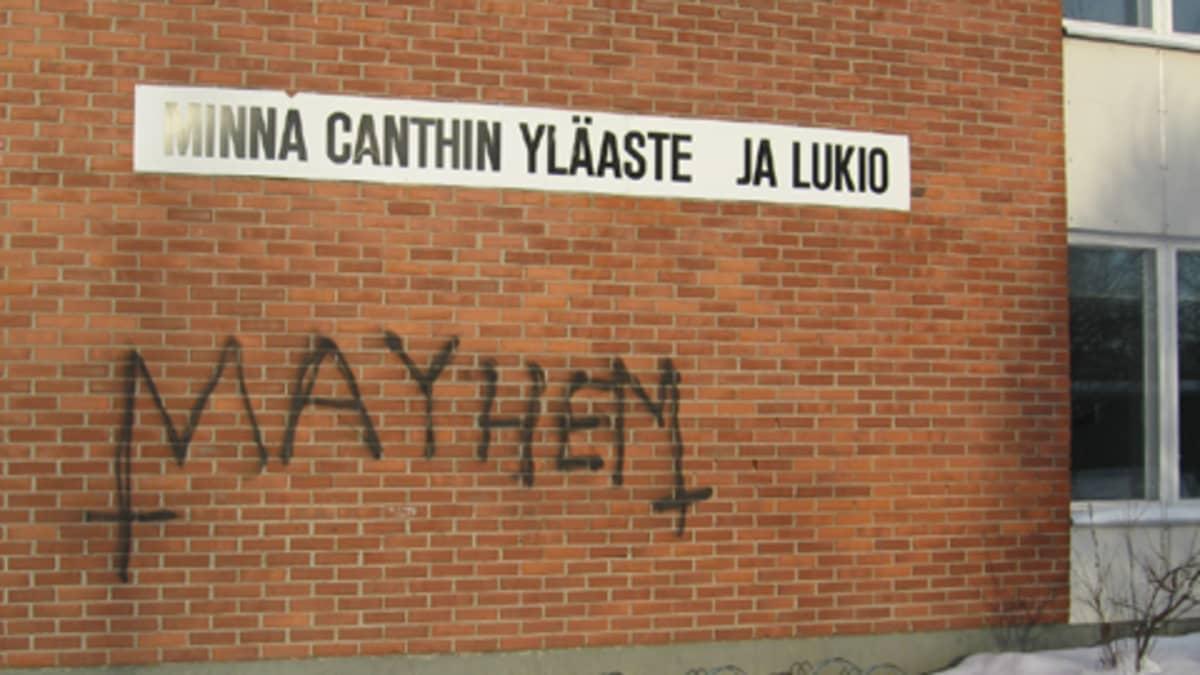 Töhritty koulun seinä Kuopiossa.