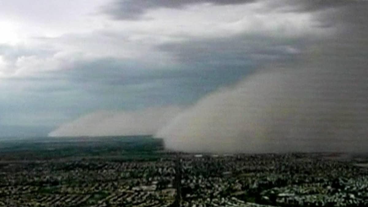 Ilmakuvassa hiekkamyrsky peittää kaupungin.
