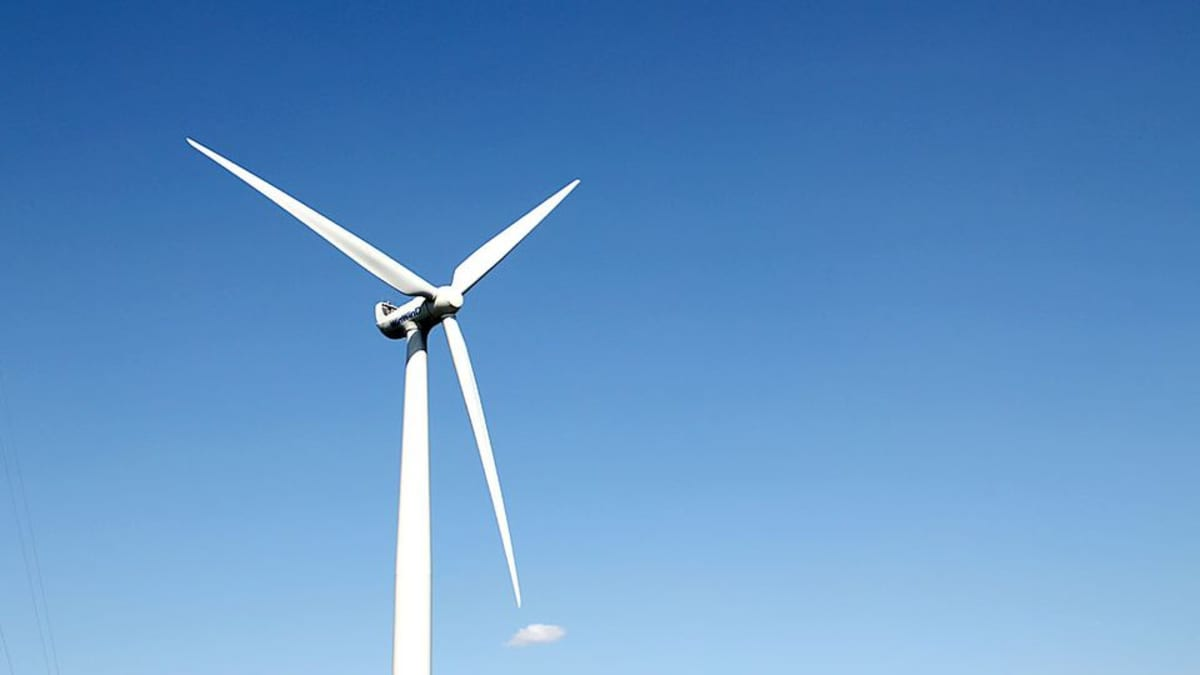 Kuvassa WinWindin valmistama tuulimylly sinistä taivasta vasten.