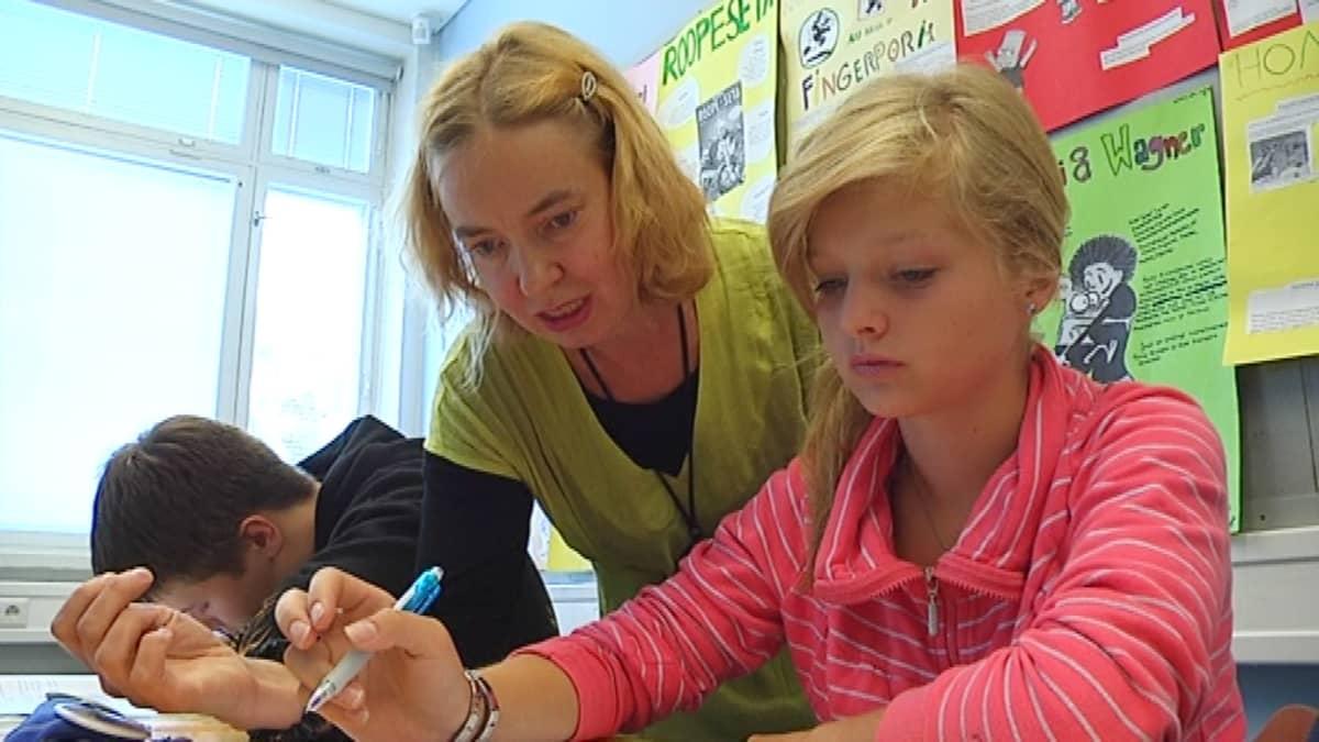 Opettaja neuvoo oppilasta