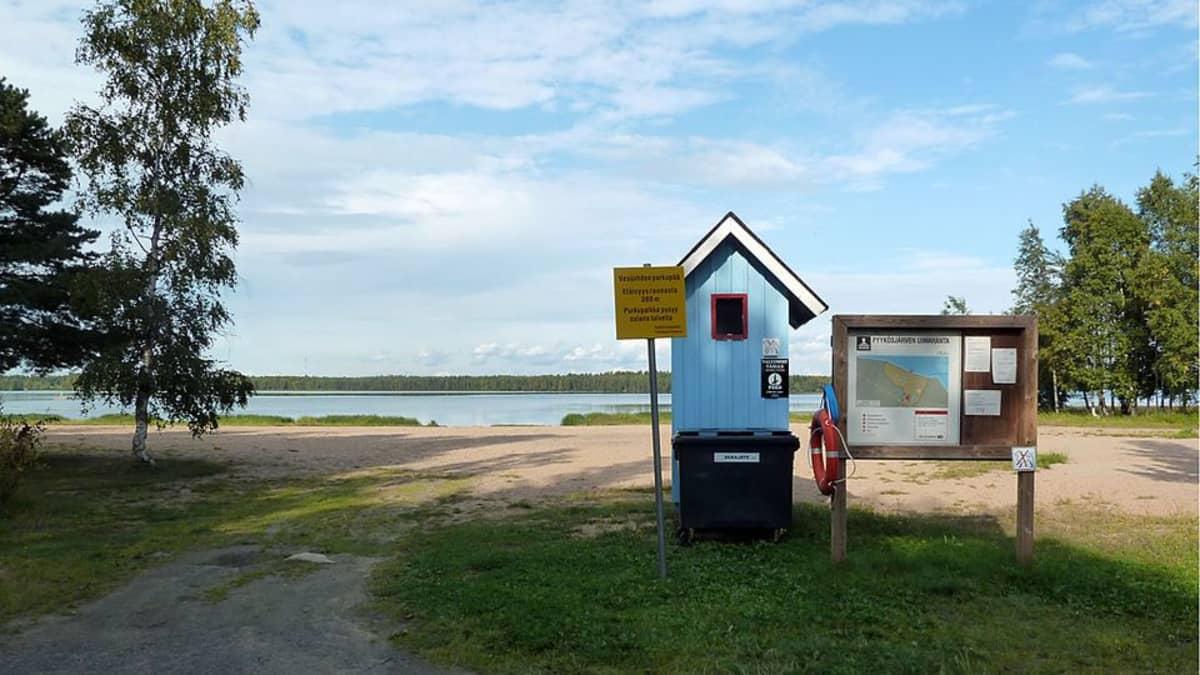 Pukukoppi Pyykösjärven uimarannalla.