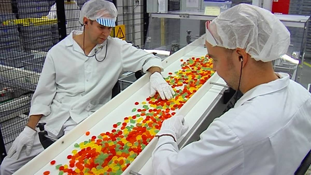 Makeisia liukuhihnalla Fazerin Lappeenrannan tehtaalla.