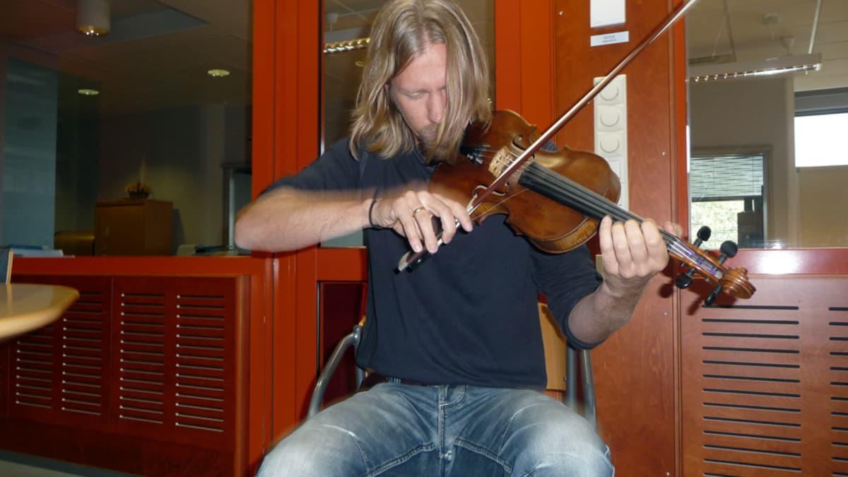 Kuvassa shamaaniviulisti Tuomas Rounakari soittaa viulua