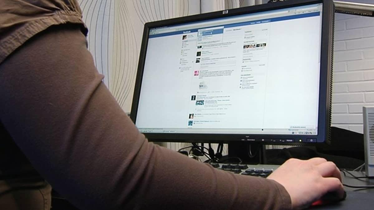 Nainen käyttämässä tietokonetta.