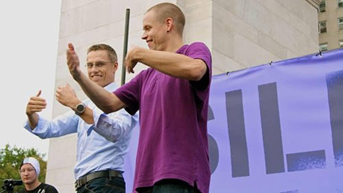 Alexander Stubb ja Signmark viittovat yhdessä.