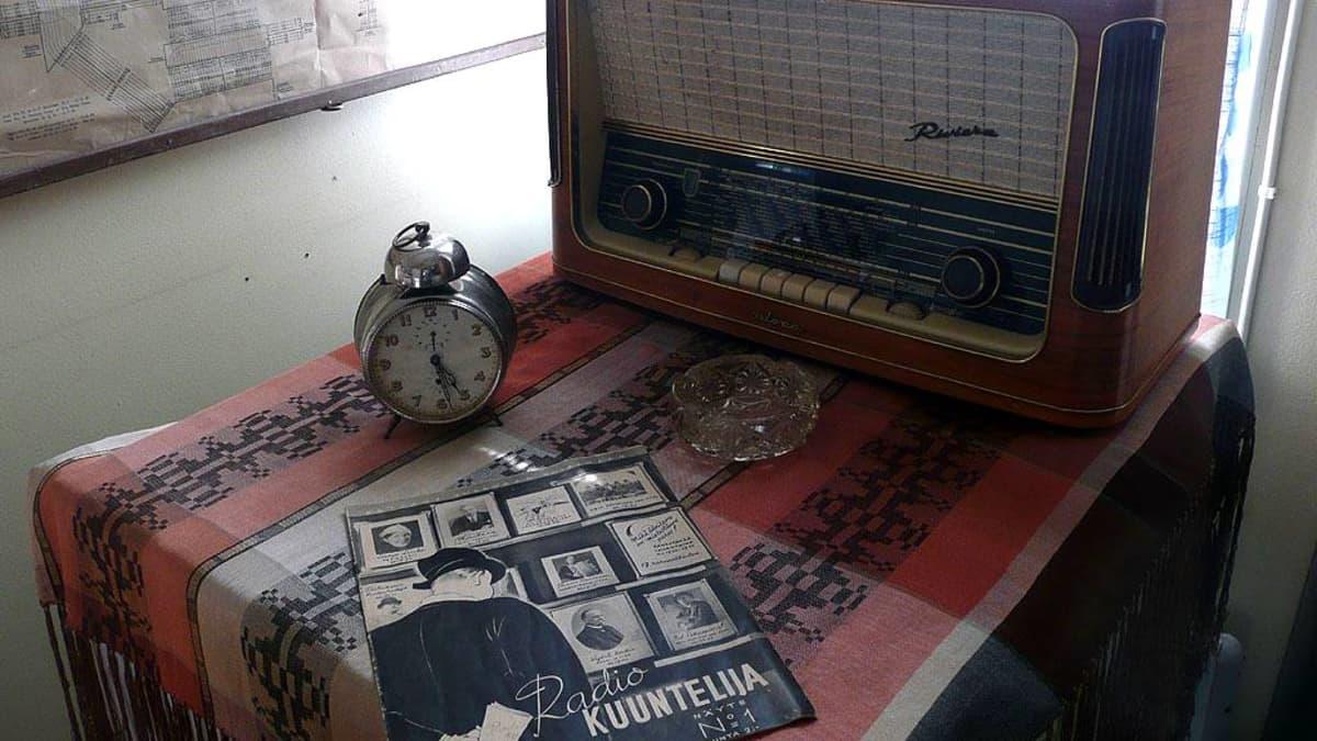 Vanha putkiradio ja Radio KUUNTELIJA -lehti.