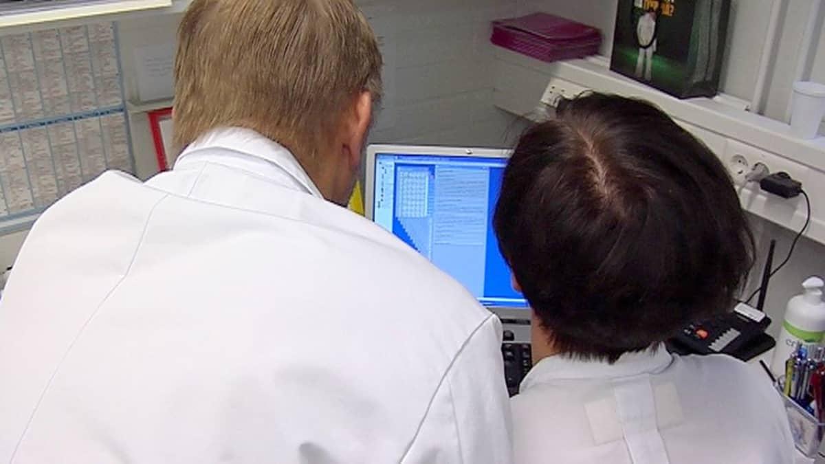 Hoitaja ja lääkäri tutkivat reseptiä tietokoneelta.