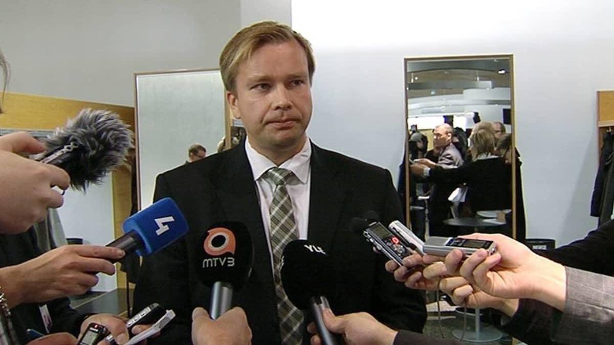 Kansanedustaja Antti Kaikkonen vastasi toimittajien kysymyksiin eduskunnan lisärakennuksessa.
