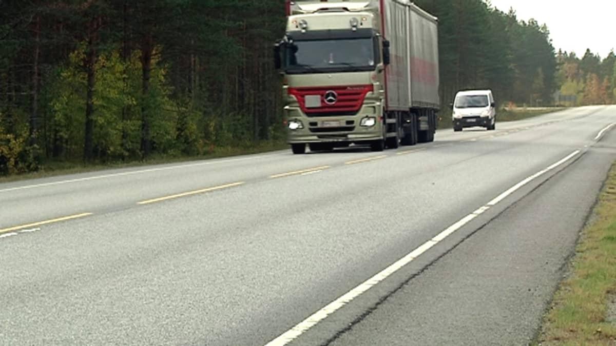 Ahola Transportin rekka maantiellä.