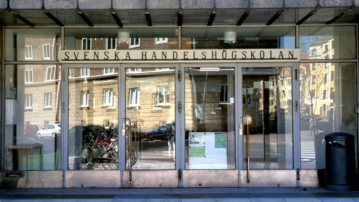 Helsingin ruotsinkielisessä kauppakorkeakoulussa Hankenissa on noin kaksituhatta opiskelupaikkaa. Kuvassa Hankenin etuovi.
