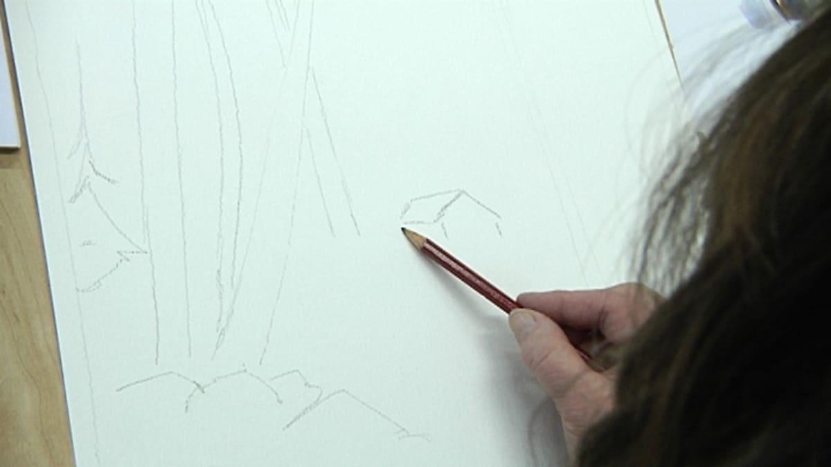 Kuvassa luonnos akvarellimaalauksen pohjaksi ja teosta tekevän naisen käsi