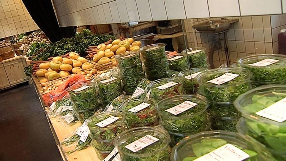 Kasviksia ja salaattiannoksia hyllyllä.