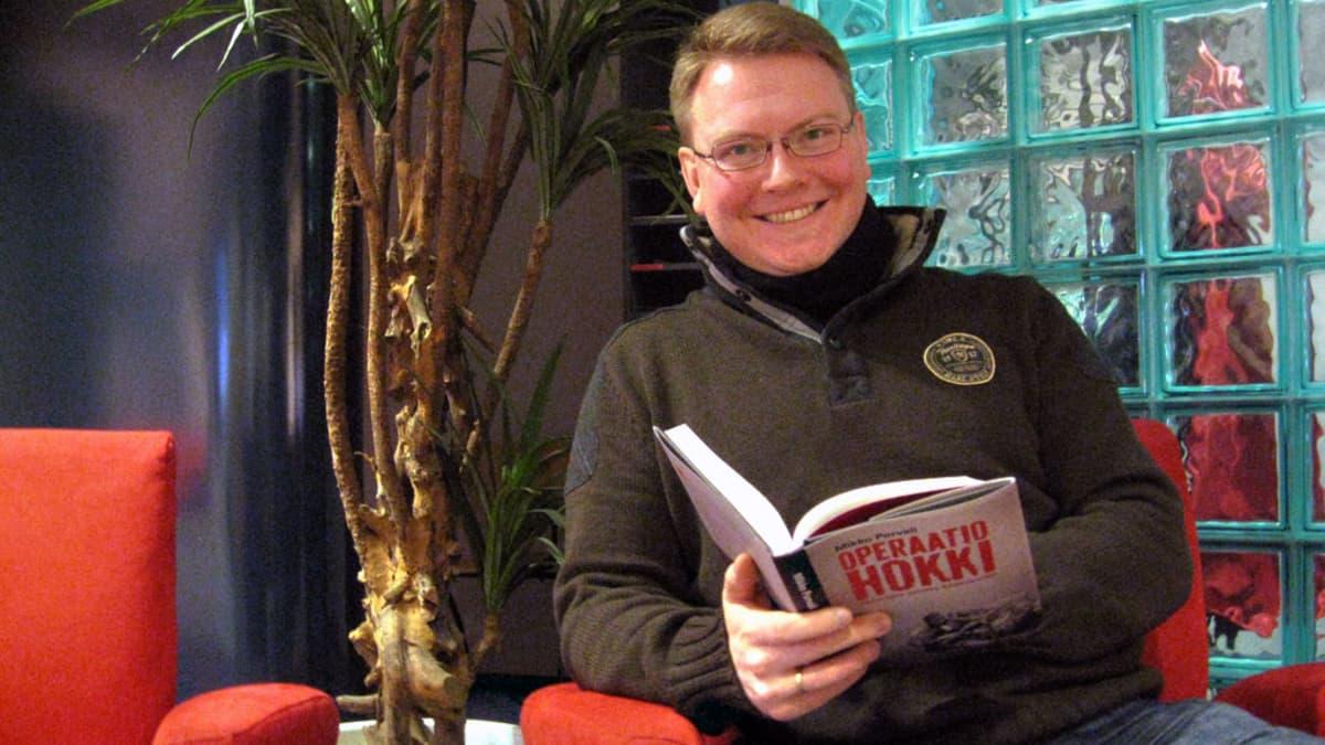 Kuvassa Mikko Porvali uusimman kirjansa kanssa.