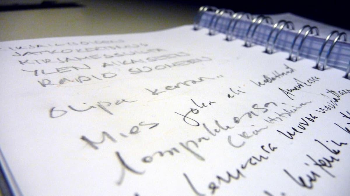 Ylen aikainen keräsi kirjailijoilta jatkokertomuksen kirjamessuilla.