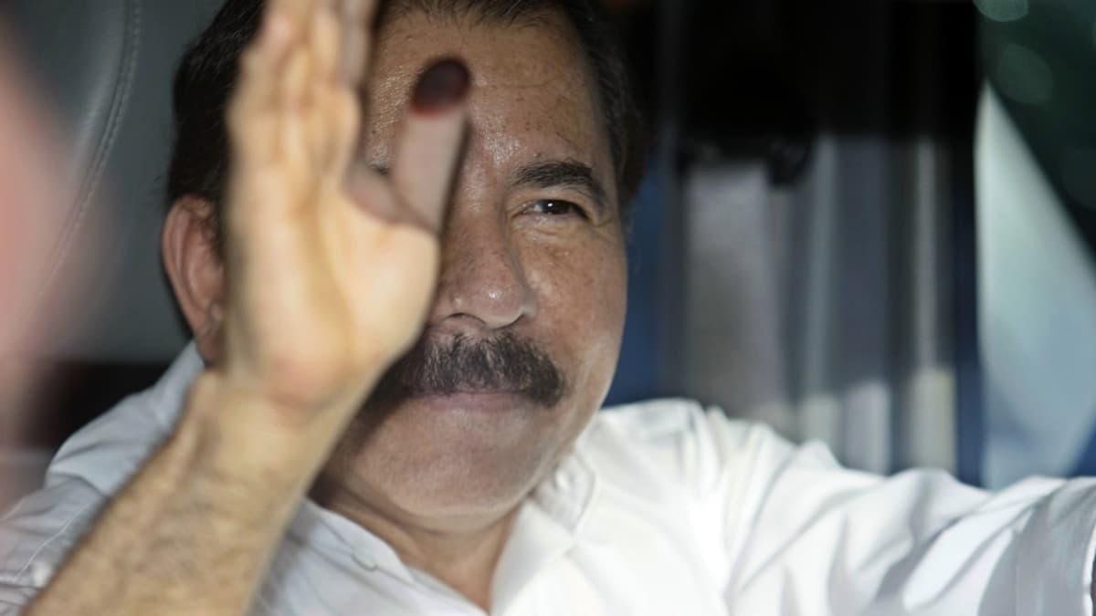 Daniel Ortega tervehtii kannattajiaan.