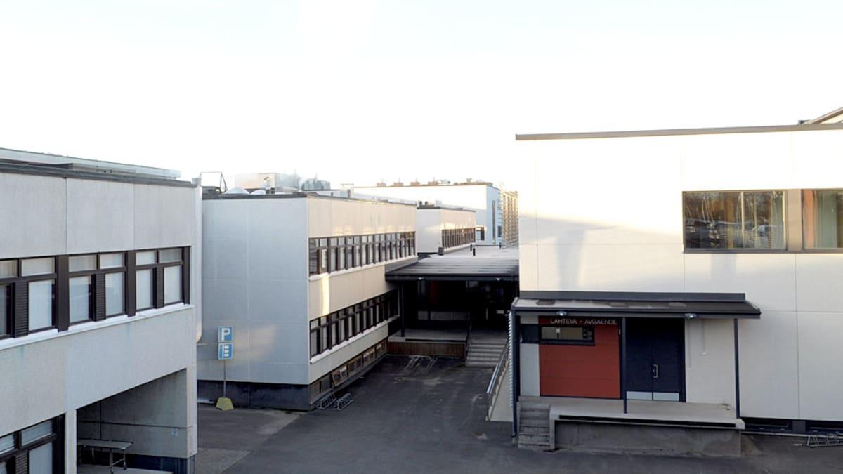 Näkymä sairaalasta uuden parkkialueen ylätasanteelta.