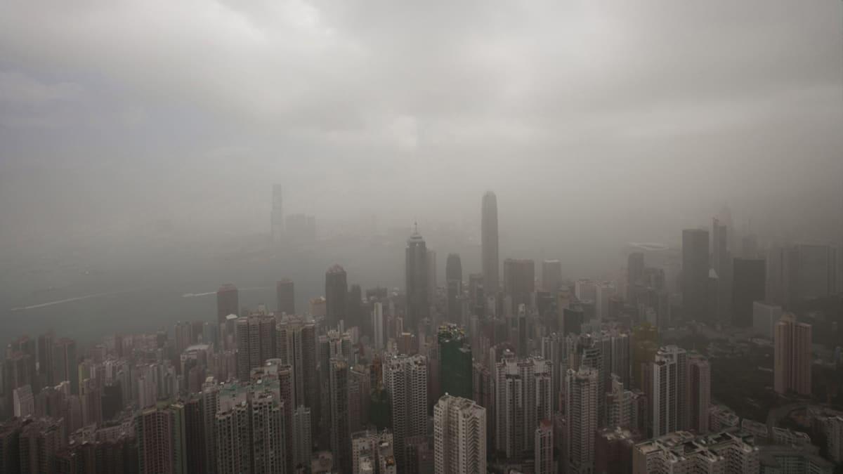 Näkymä Hongkongista, kun ilmansaastepilvet peittävät kaupungin.
