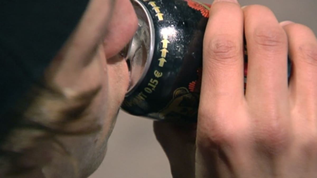 Nuori mies juo olutta tölkistä.