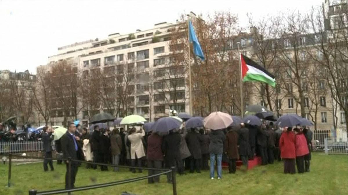 Palestiinan lippu nostettiin salkoon Unescon päämajan pihalla.