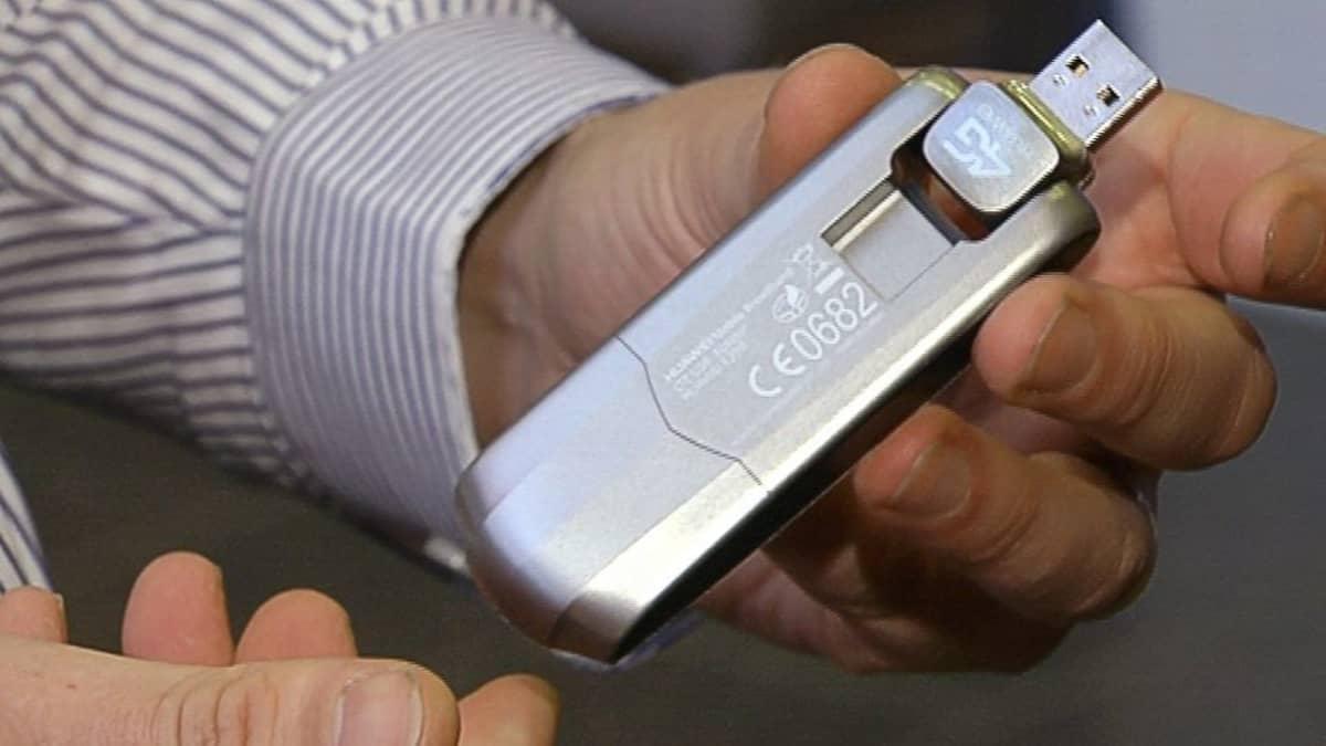 Mies pitelee 4G-mobiilitikkua