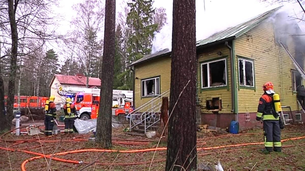 Tuli tuhosi omakotitalon Maununnevalla Helsingissä.