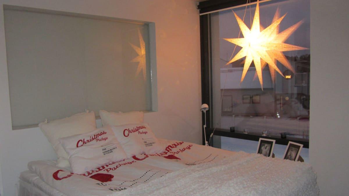Tomi Yrjänän ja Sanna Kallion asuntomessutalon makuuhuone jouluasussaan.